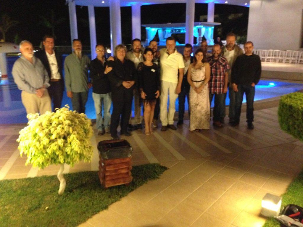 Tutto il gruppo dei conferenzieri mondiali alla serata di chiusura a Creta, che ha raccolto in una splendida cornice di fine estate ,il gota della ornitologia mondiale per l'accrescimento socio culturale, di molti appassionati e non.