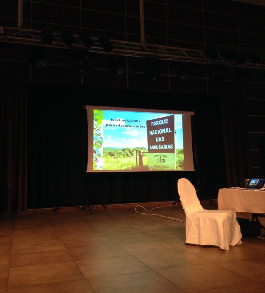 il pannello della associazione che illustra e sponsorizza il progetto, nella sala convegni ellenica.